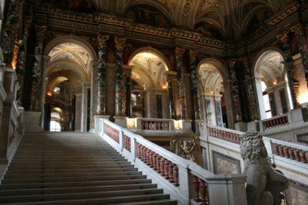 La magia de la sangre 450px-Kunsthistorisches_Museum_Viena_-_escalera_interior